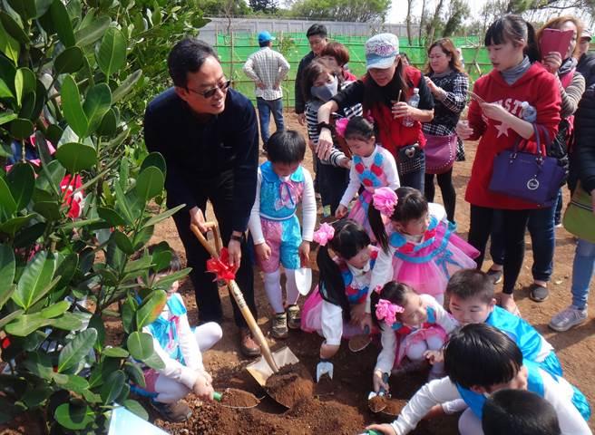 林務局跨海澎湖植樹活動太過冗長,民眾等候不耐煩,樹還沒種就走了。(陳可文攝)