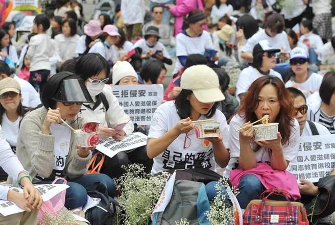 「滿天星素人連線」4日舉辦「百萬大叔站出來—陽春麵大會師」活動,參與的民眾現場享用陽春麵以強調拒絕同志洗腦教育等。(季志翔攝)
