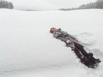 郭靜僵躺雪地  頭痛喊像後腦杓結冰
