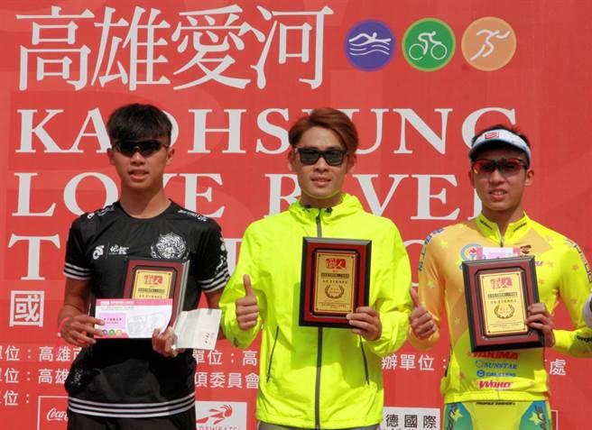愛河鐵人三項男子組前3名林威志(左起)、謝昇諺、張家豪。(大會提供)