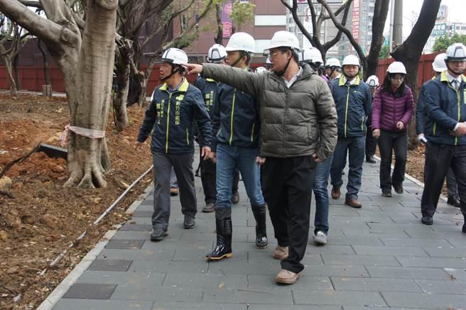 市長林智堅(左二)6日前往經國園道「東大–民權路段」,視察施工進度以及品質。(郭芝函攝)