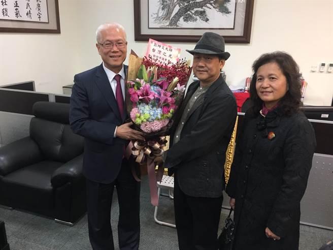 新竹市議長謝文進,6日特邀他到議會分享榮耀及喜悅,致贈花束祝賀。(郭芝函攝)
