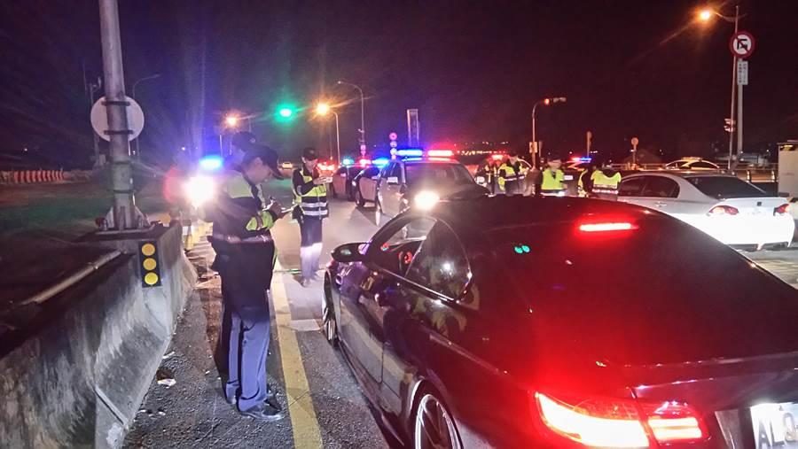 苗栗警方以口袋戰術有效防制上百輛汽車競速飆車。(陳慶居翻攝)