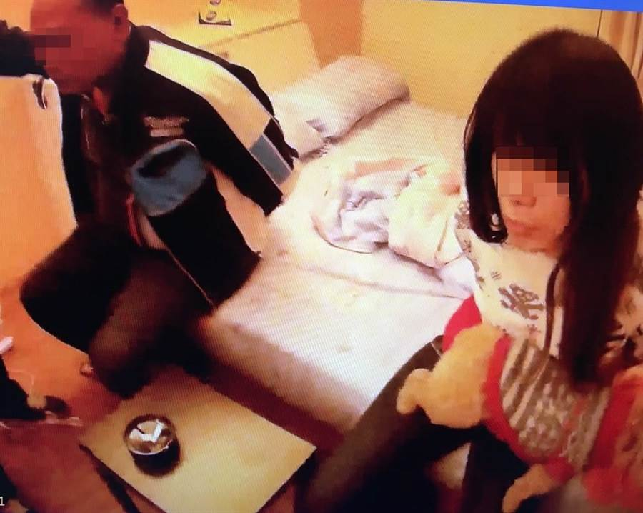 因搶奪、毒品遭通緝的情侶檔,緝捕到案後還揹著4條罪嫌。(陳淑娥翻攝)