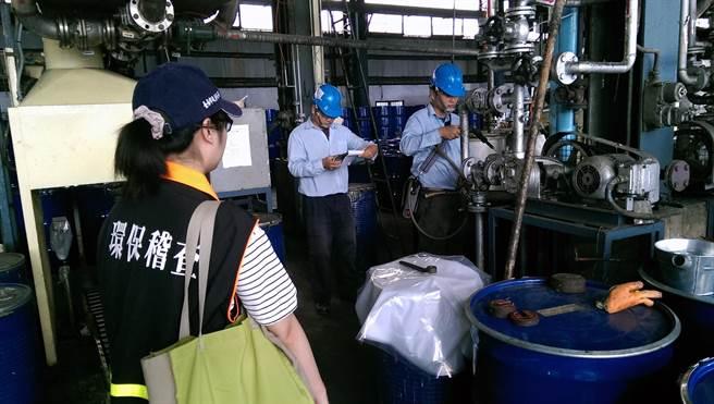 台南市環保局針對排放量大的工廠進行空氣汙染連續自動監測,迄今已有2廠家被依違反空汙法告發處分。(洪榮志翻攝)