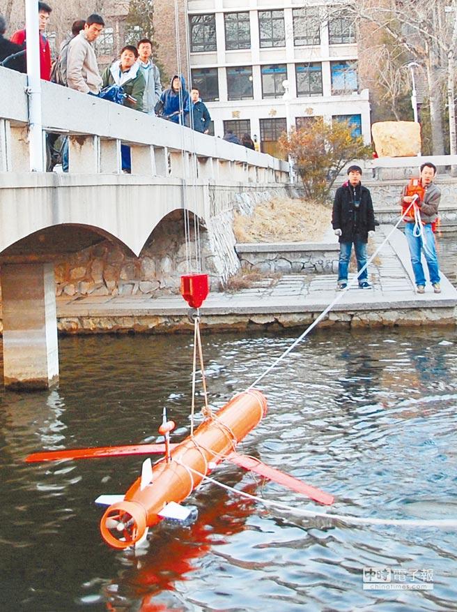 天津科技人員放置滑翔機探測水下。(新華社資料照片)