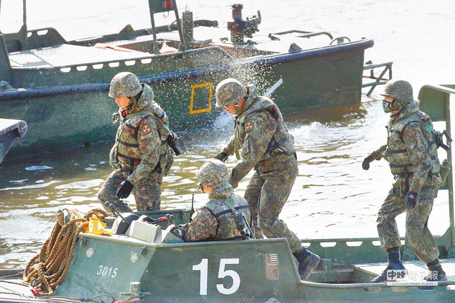 美韓聯合軍演展開,南韓部隊6日在靠近北韓邊界,進行渡河演練。(美聯社)