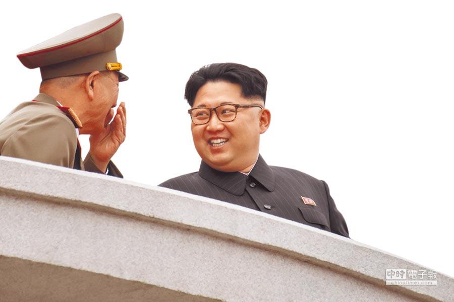 去年5月10日,北韓最高領導人金正恩在閱兵台上,與將領有說有笑。(法新社)