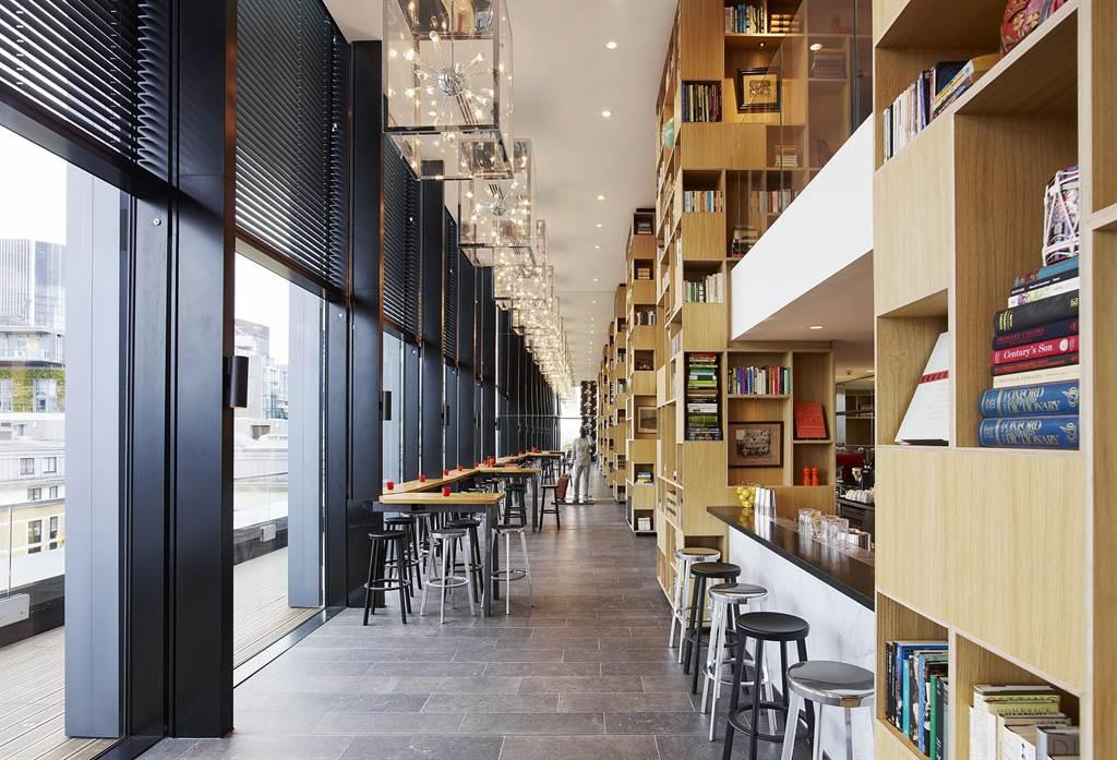 位在英國的 citizenM Tower of London ,以挑高設計的公共空間與大面書牆營造時尚氛圍,這樣的設計概念早被不少台灣飯店「借用」。(圖/世民酒店)