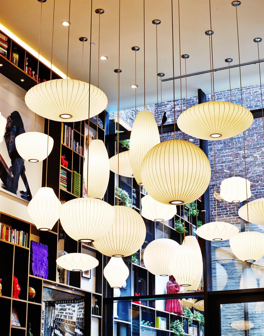 citizenM公共空間大量採用知名設計師設計的大型燈具裝飾。 (圖/世民酒店)