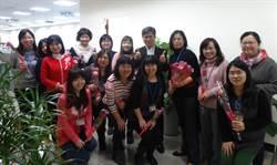 慶祝婦女節  教育局長彭富源貼心送花過節
