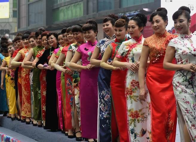 三八婦女節前夕,重慶有百餘位女性企業家穿上旗袍大合照。(圖/中新社)