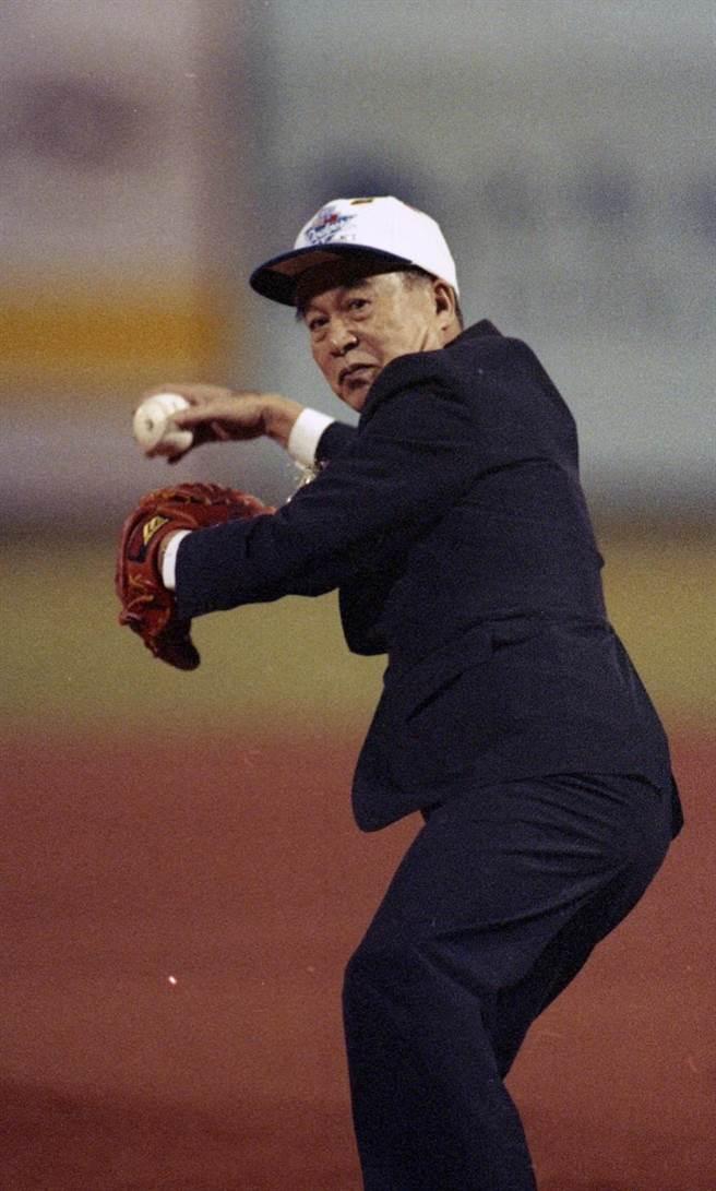 1993年10月29日,時任副總統的李元簇為中(台)美職棒友誼賽開球。(圖/本報系資料)