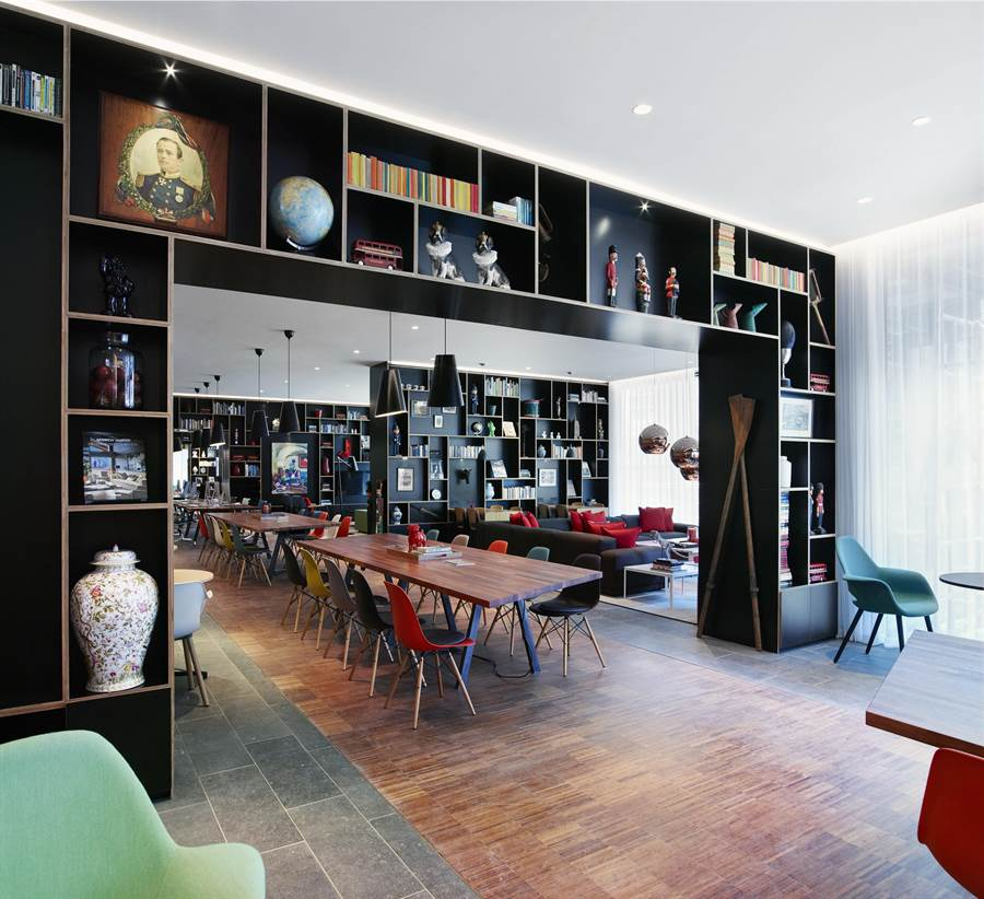 citizenM大廳不刻意區隔餐廳、大廳、工作區域,打造開放社交空間。(圖/世民酒店)