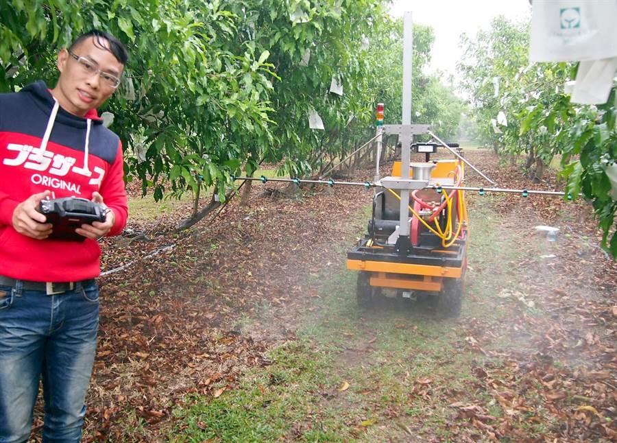 屏科大生物機電系研發新款遙控式農用噴藥車。(潘建志攝)