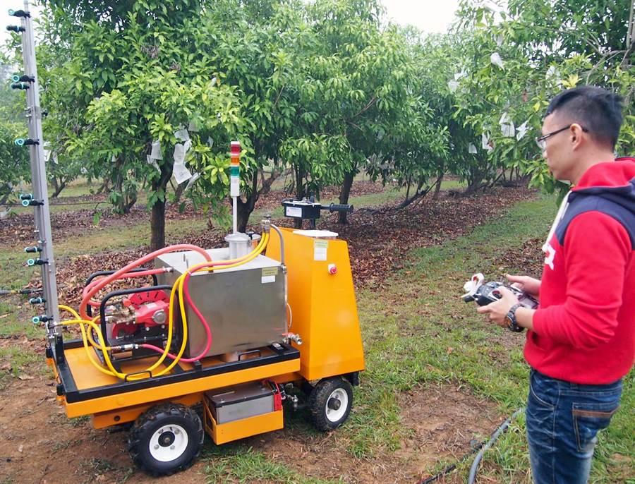 新款遙控式農用噴藥車,能依氣候土壤調整用藥量,減少農藥殘留。(潘建志攝)