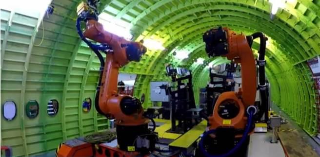 波音以機器人自動化生產客機的畫面。(圖/波音)