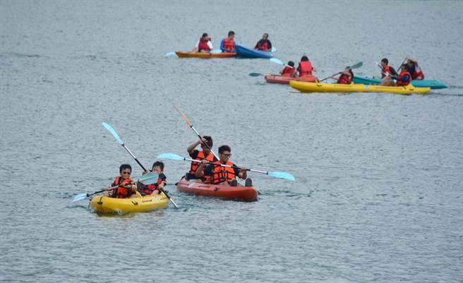 日月潭目前許可的水域遊憩活動種類有手划船、獨木舟、風浪板、水上腳踏車及立式划槳等。(沈揮勝攝)