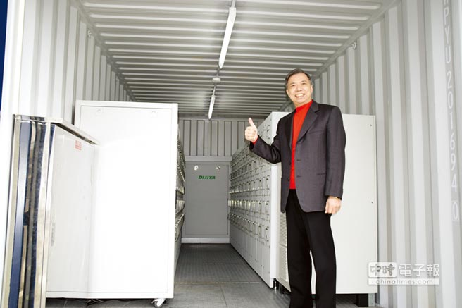 迪吉亞總裁黃國進展示500Kwh移動儲能站。圖/張秉鳳