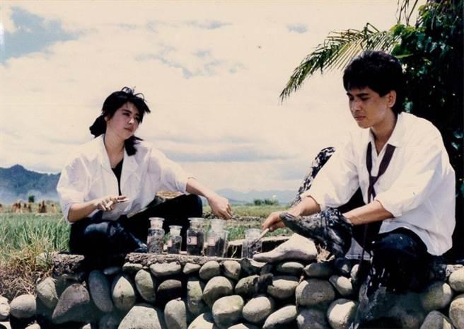 《芳草碧連天》不少場景都在台製廠所在地彰化和附近的雲林、南投取景,王祖賢(左)和齊秦(右)當年從戲裡到戲外都談起戀愛。(圖/倪有純提供翻拍)