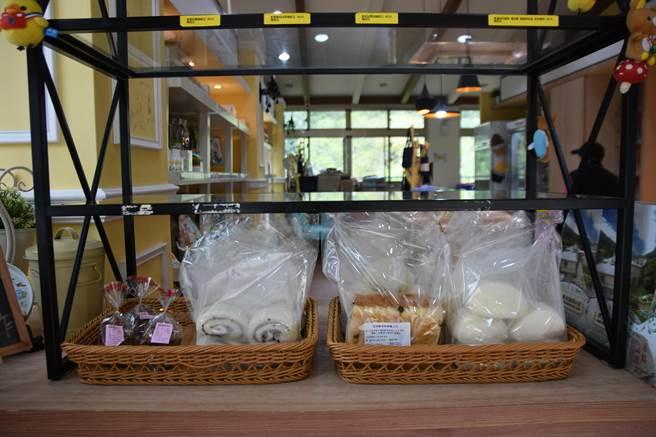 磊質複合式庇護工坊中的烘焙坊生產的吐司、饅頭,同步在桐花芽蔬食餐廳中販售。(莊旻靜攝)