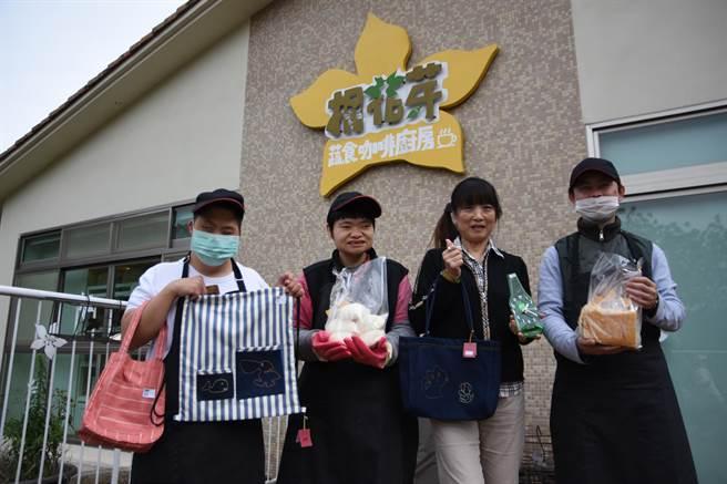 桐花芽蔬食餐廳不僅提供餐飲服務,同時也販售磊質複合式庇護工坊生產的各式產品。(莊旻靜攝)