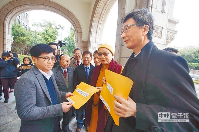 大法官將針對同性婚姻案召開憲法法庭辯論,台灣宗教團體愛護家庭大聯盟成員9日至司法院陳情。(杜宜諳攝)