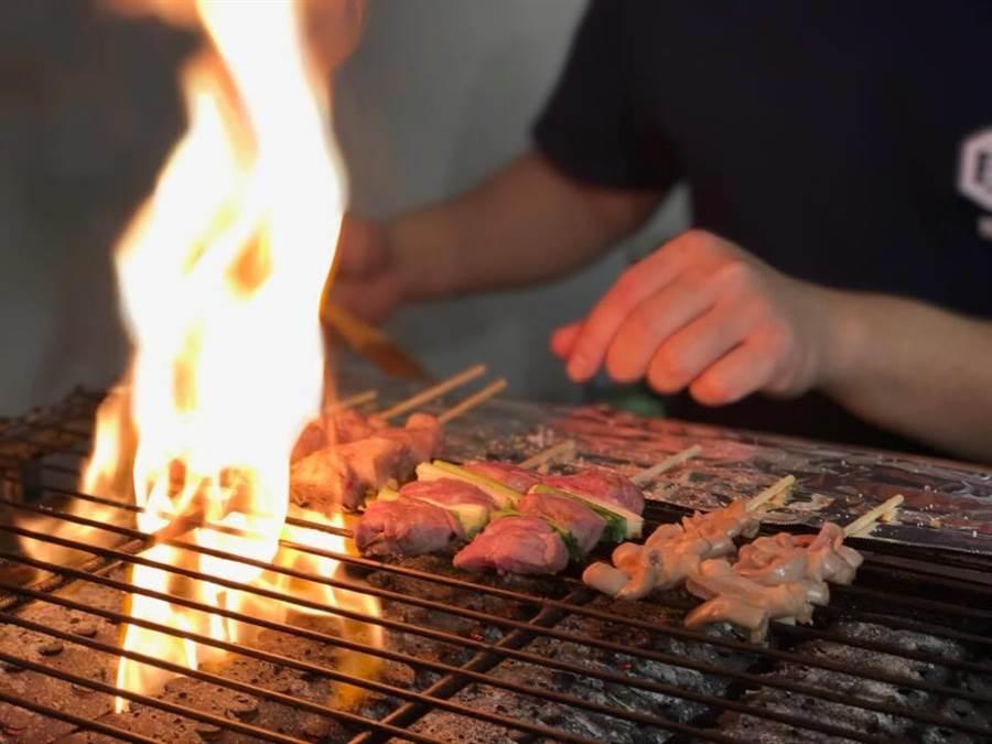全新開幕餐廳「豚豚拍子」引進日本「思い出橫丁街」獨特串燒方式。(徐力剛攝)