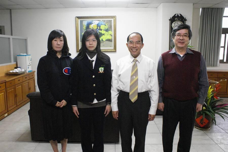 林俞均(左二)國中會考成績僅4A++,用3年時間拚出71級分如願進入醫學院。(陳淑娥攝)