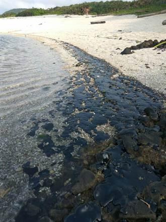 綠島海岸飄油污 疑貨輪偷排汙染