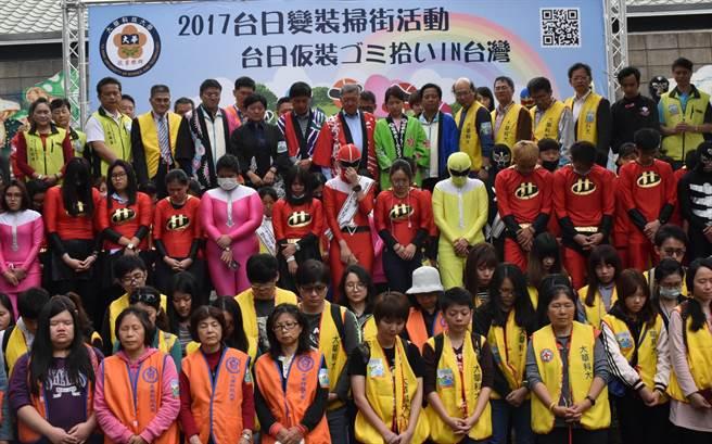 11日在新竹縣竹東動漫園區舉行的「2017台日變裝掃街」活動,全場並為311地震死難者共同默哀1分鐘。(陳育賢攝)