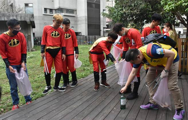 日本NGO Earth11日在「2017台日變裝掃街」活動中盡心做環保。(陳育賢攝)