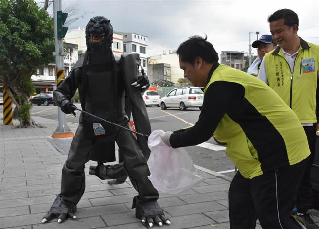 日本NGO Earth11日參加「2017台日變裝掃街」活動。(陳育賢攝)
