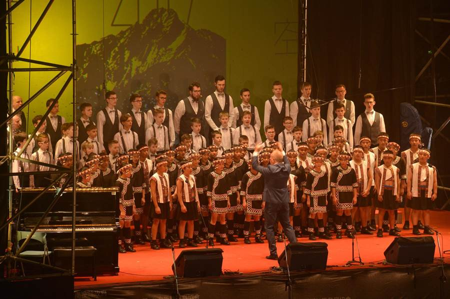 台灣原聲童聲合唱團(前面布農服的小朋友)與波蘭波茲南男孩合唱團,面對著台灣玉山的星空,以布農語合作演唱《Kulumaha回家吧!》,不但全場感動,也留下珍貴紀錄。(沈揮勝攝)