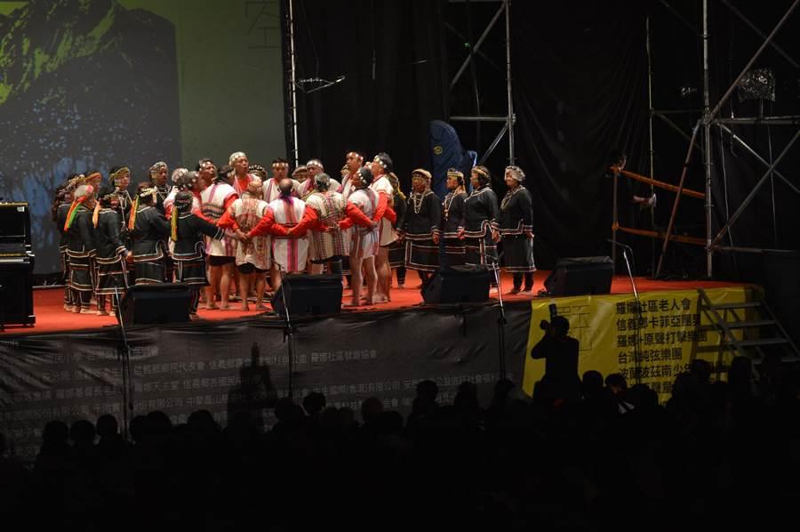 信義鄉「玉山星空音樂會」由羅娜部落耆老的Pasibutbut(八部合音之小米豐收)揭序曲。(沈揮勝攝)