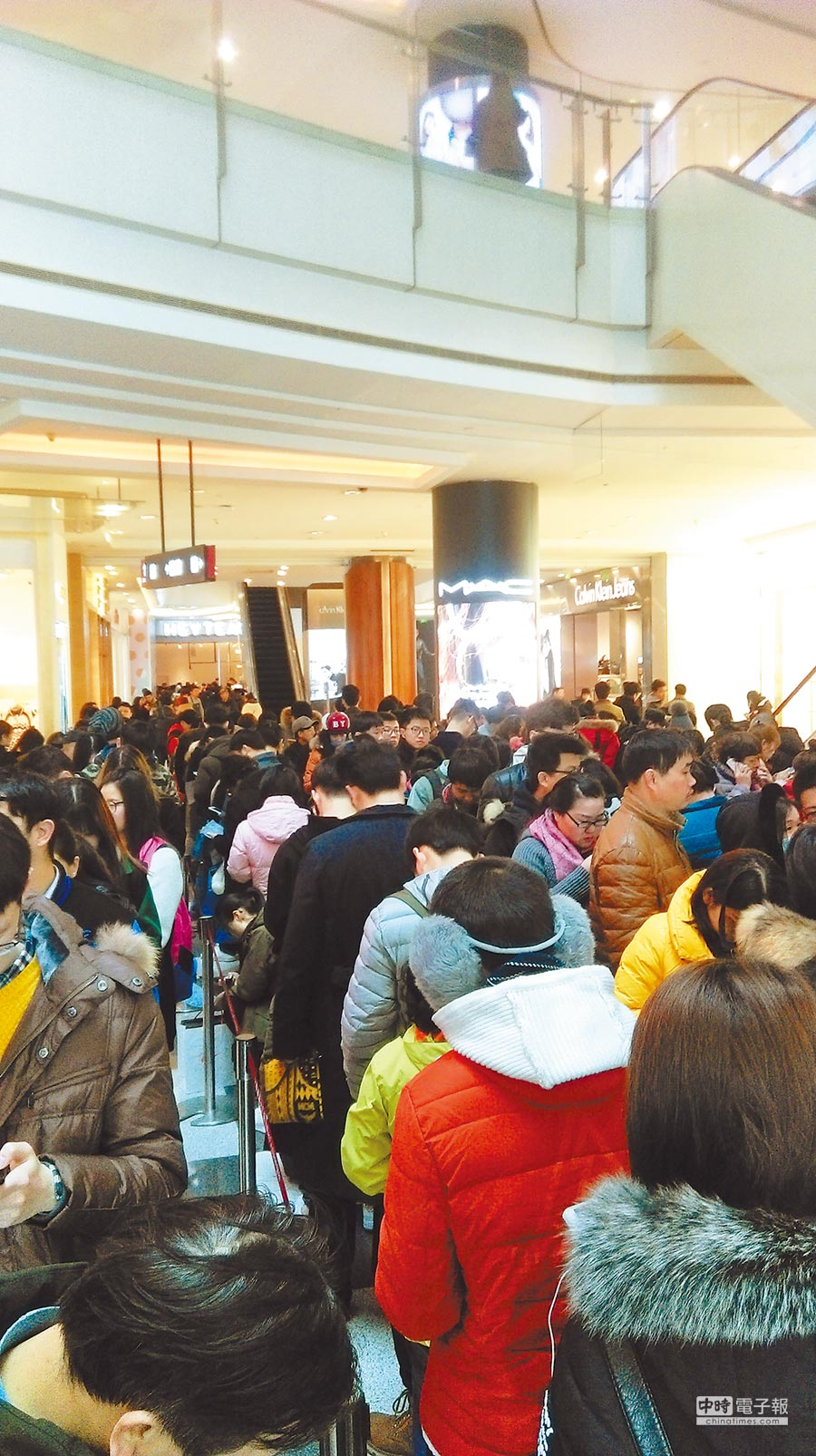 上海網紅奶茶店喜茶排隊人潮驚人,最高峰時需排6小時才能買到。(記者陳曼儂攝)
