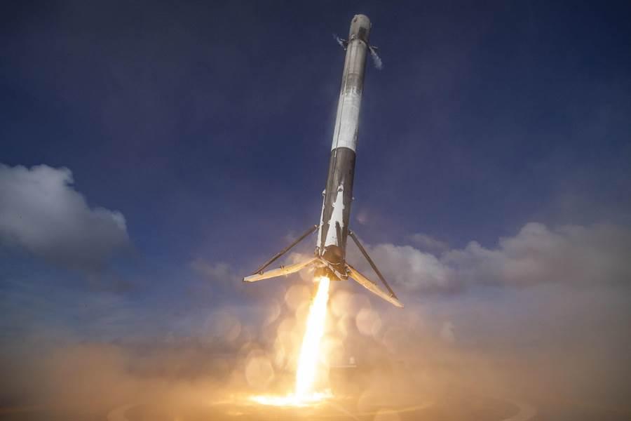 這一次Space X準備將回收的獵鷹9號火箭,在經過整修後重新發射,執行火箭再利用的首次飛行。(圖/Space X)