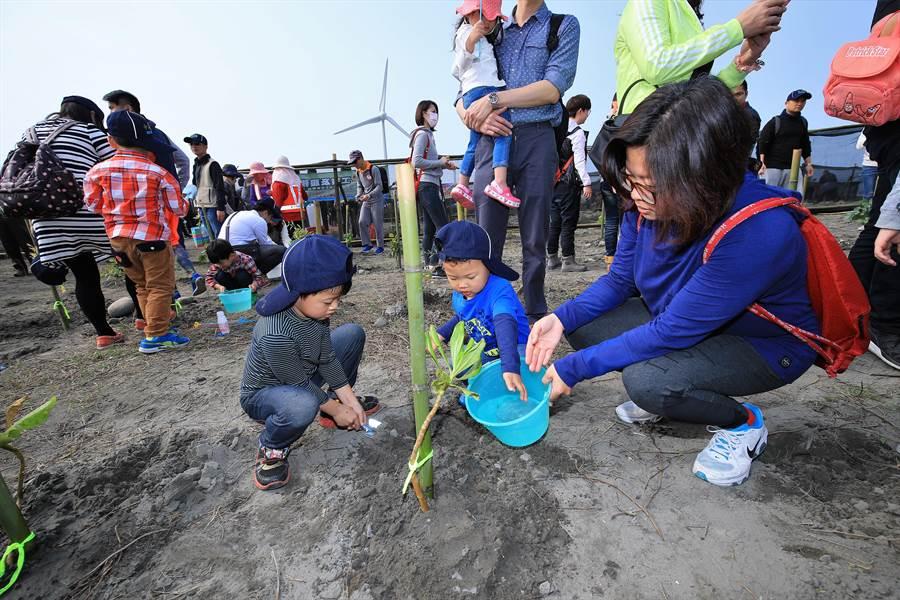 500多位民眾響應312植樹節,手持鏟子掘土,種下2500棵防風樹種苗木。(王文吉攝)