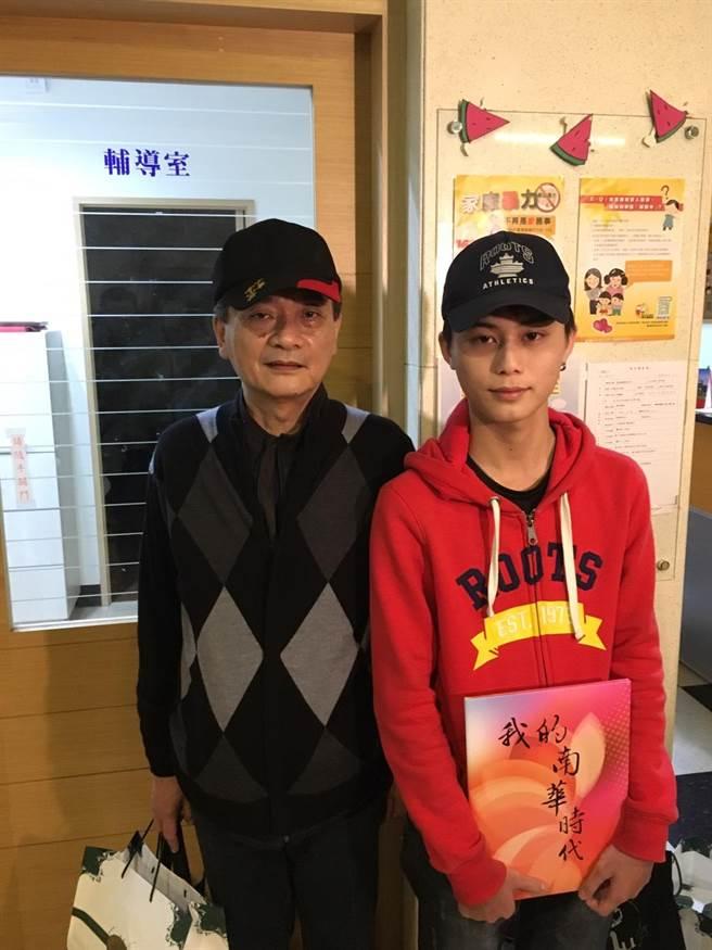 南華高中陳柏宇(右)曾因吸毒被判保護管束,現重回校園讀書。(張潼攝)