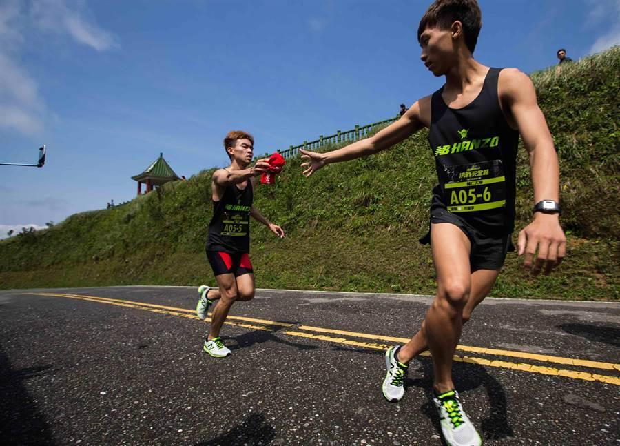 New Balance眾力飆速接力賽以團隊合作接力形式完成長達44.2公里、近500公尺的高低落差、21公里爬坡段的坡道馬拉松路程。(公關提供)
