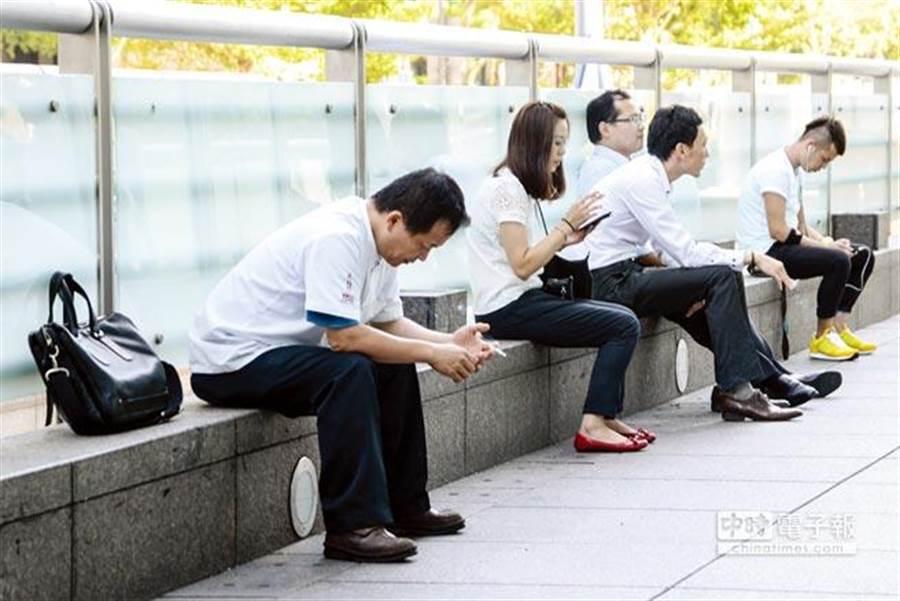 台灣長期低薪問題,迫使人才外流日益嚴重。(報系資料照)