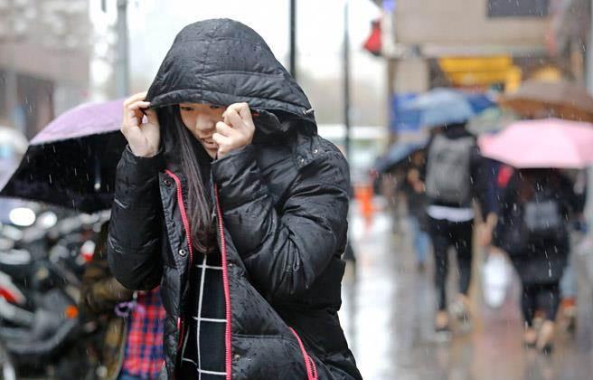 華南雲系逐漸移入,北部、東北部及東部有局部短暫雨,北台灣低溫16度左右,週六白天至週日北部天氣仍偏濕冷。(報系資料照/張鎧乙攝)