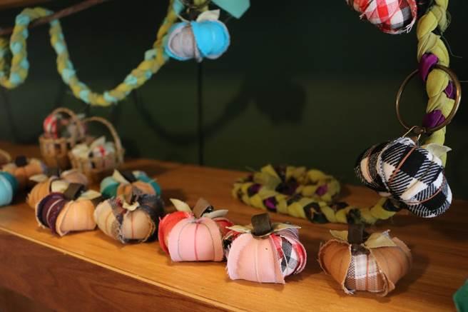 拼布南瓜鑰匙圈可愛的外型,受到許多來到土溝的遊客青睞,而這個南瓜不僅是藝術家黃祐諄的回憶,更有農村阿嬤的用心。(萬于甄攝)