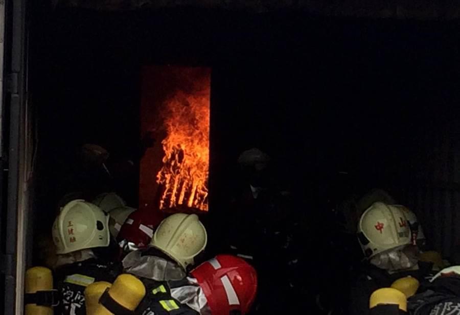 台越消防聯合訓練,越籍消防幹部強調將把經驗帶回越南,成功跨出台越消防合作第一步。(陳世宗翻攝)