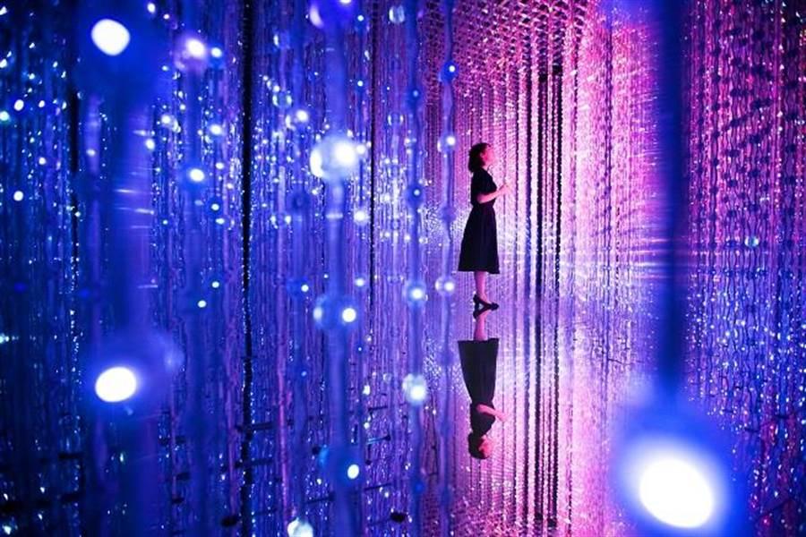 超人氣作品〈水晶宇宙〉運用數萬顆LED燈結合光影技術,絢爛宇宙讓人目不轉睛。All Content © teamLab Inc.