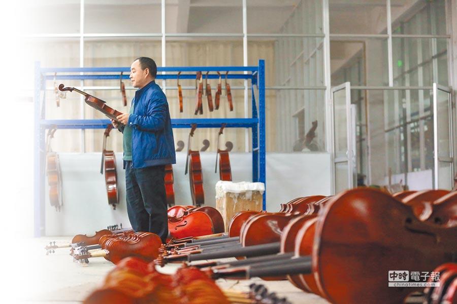 李建明形容小提琴在他心中的地位:「沒有對象時小提琴就是對象,有了對象就是孩子。」(CFP)
