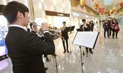 機場銅管樂聲悠揚 旅客享受候機時光