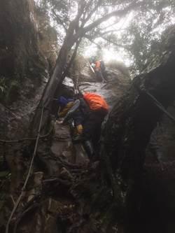 女子爬五寮尖掉落山壁 警消出動30人搜救