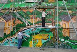 7旬老翁美化社區 彩繪兩層樓牆壁