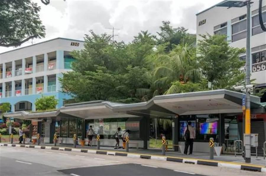 新加坡智慧公車站頂棚還有植被,可以消暑。(圖/翻攝好奇心日報)